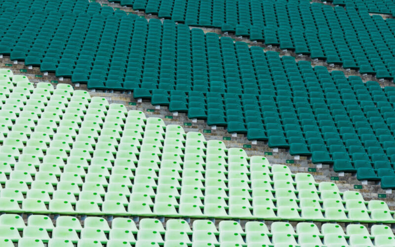 plastikowe ławki isiedzenia